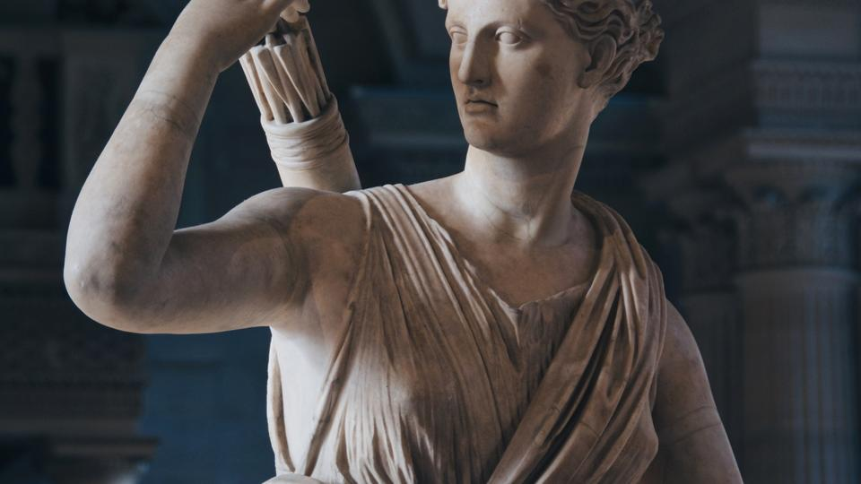 Statue of Artemis reaching for an arrow